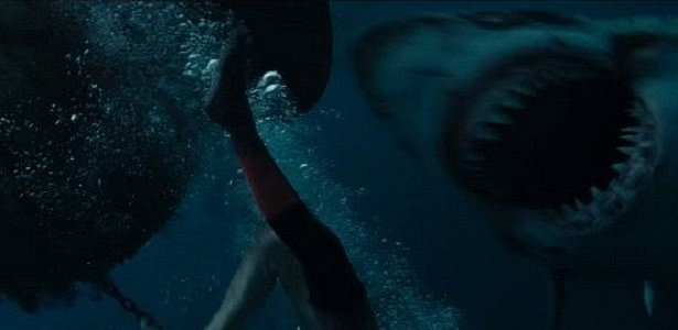 """Outro filme de tubarão? """"Águas Rasas"""" supera clichês e dá fôlego ao gênero"""