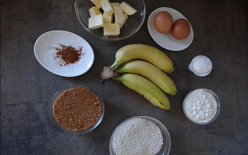 bizcocho de plátano con salsa de caramelo