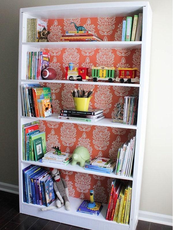 renovar estanterias con papel pintado