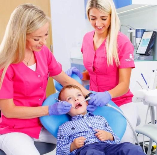 Zęby mleczne – czy warto je leczyć?