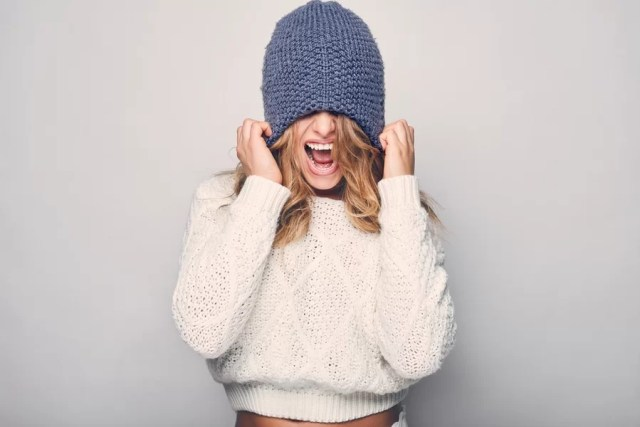 Czapki damskie — czyli jak dbać o włosy zimą?