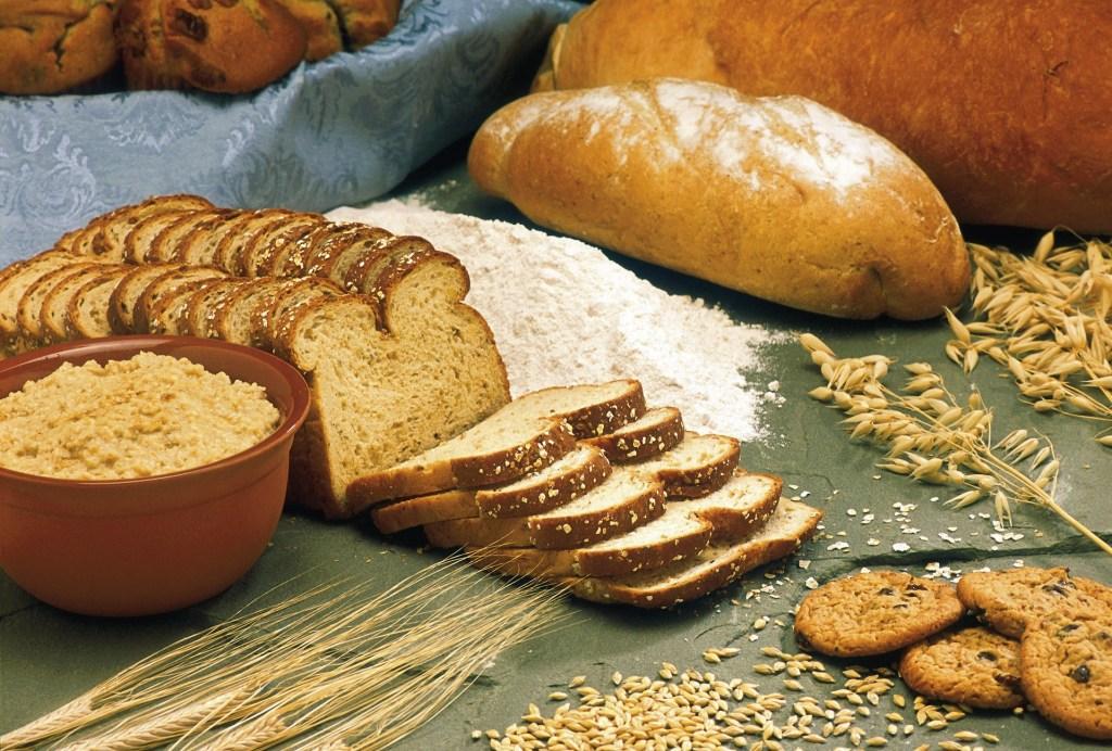 Pieczywo razowe, chleb bułkowy i mąka
