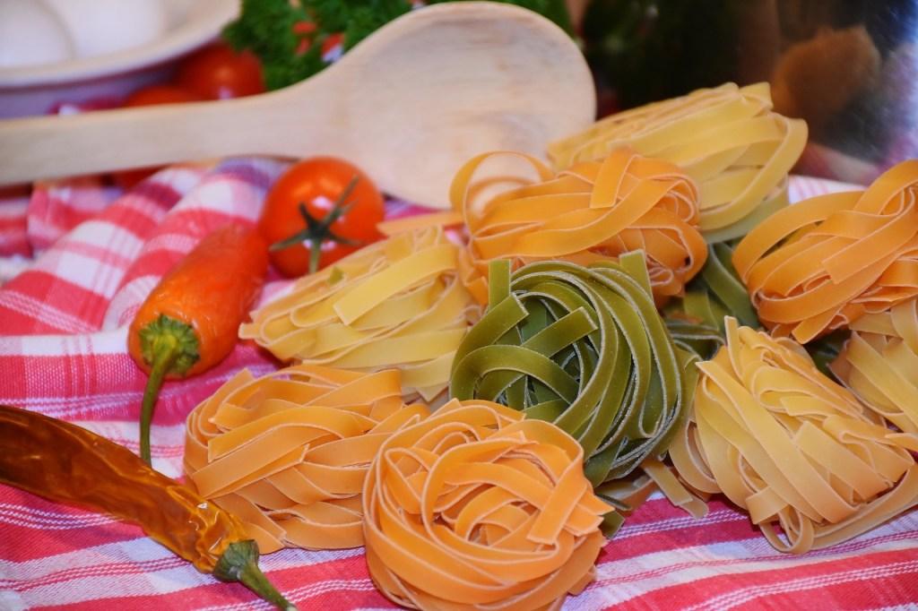 Gniazdka makaronu tagliatelle ze szpinakiem i marchewką