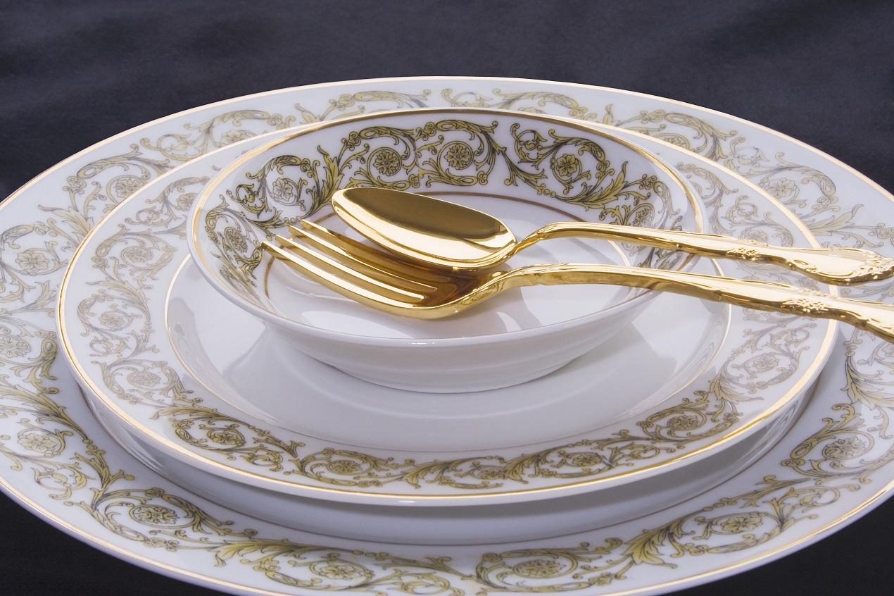Serwis obiadowo-kawowy z białej porcelany ze złotym zdobieniem