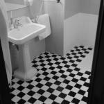 Czarno-białe płytki na podłodze w łazience