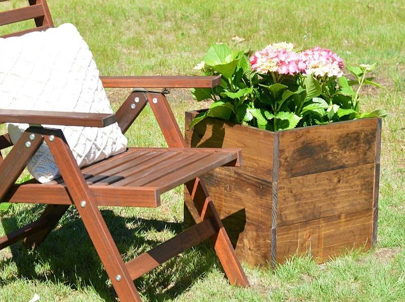 This cute DIY wood planter box took minimal effort to make and only cost $10! A great beginner DIY project!