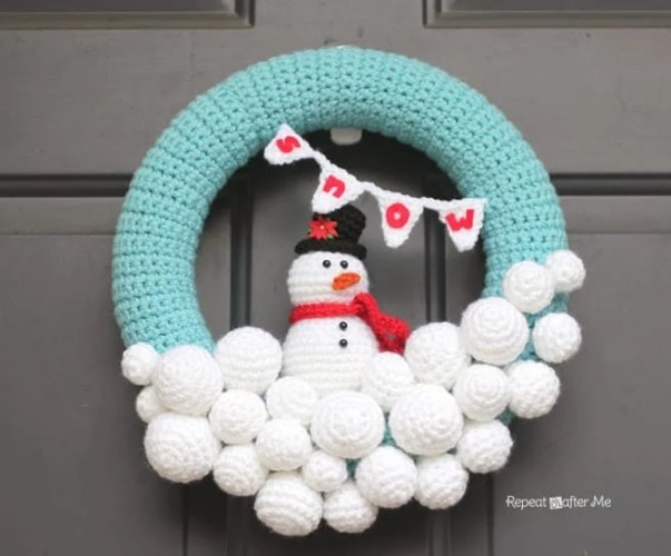 How to Make a Christmas Wreath - 21 of the best Christmas Wreaths That You Can Make Yourself! I simple adore this snowman wreath it's too cute!