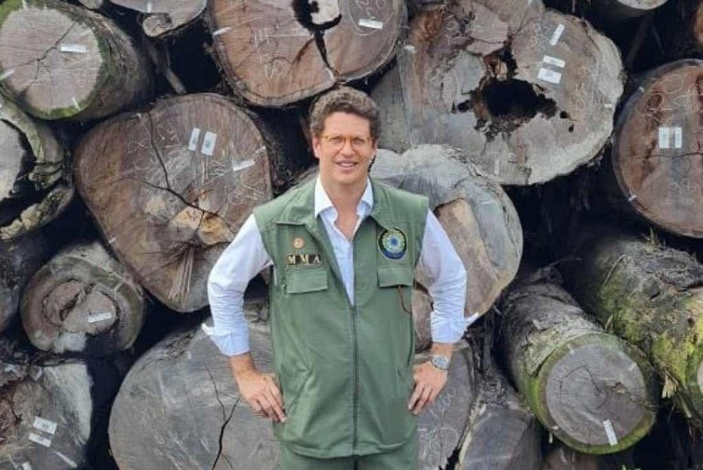 Ministro de Bolsonaro na madeira