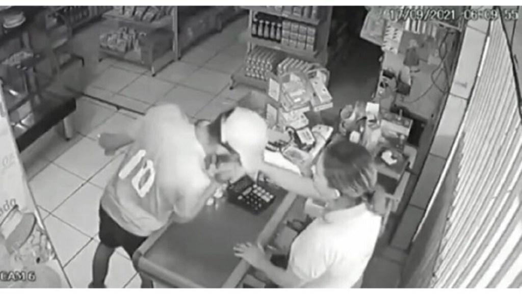 Em Maceió, assaltante se despede de atendente com beijo na mão após roubar caixa de padaria