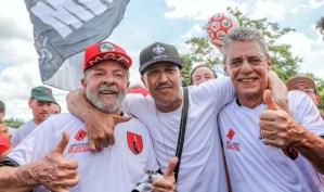 Mano Brown trouxe seu abraço de fim de ano e o desejo de um feliz 2018 para Lula e Chico Buarque. Foto: Ricardo Stuckert/Fotos Públicas