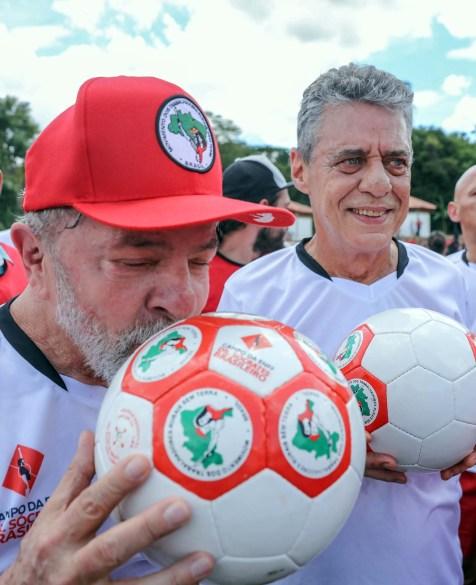 Lula e Chico Buarque durante partida de inauguração do campo Dr. Sócrates, na ENFF. Foto: Ricardo Stuckert