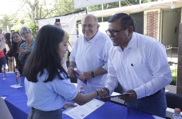 Entregan becas 'Benito Juárez' a estudiantes de la Preparatoria Vasconcelos