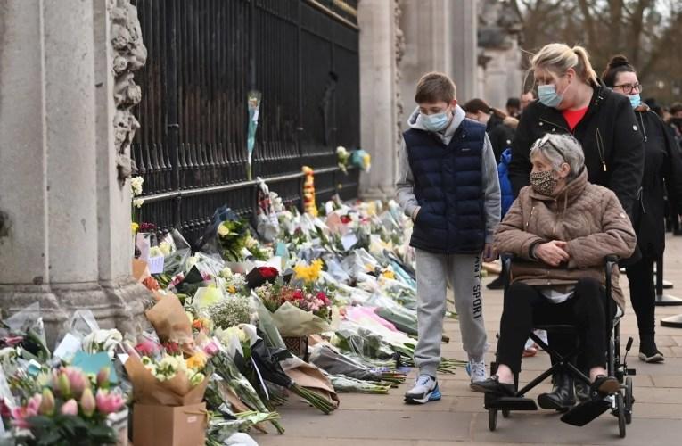 """Los británicos lloran en el Palacio de Buckingham la muerte de su """"abuelo"""", Felipe de Edimburgo."""