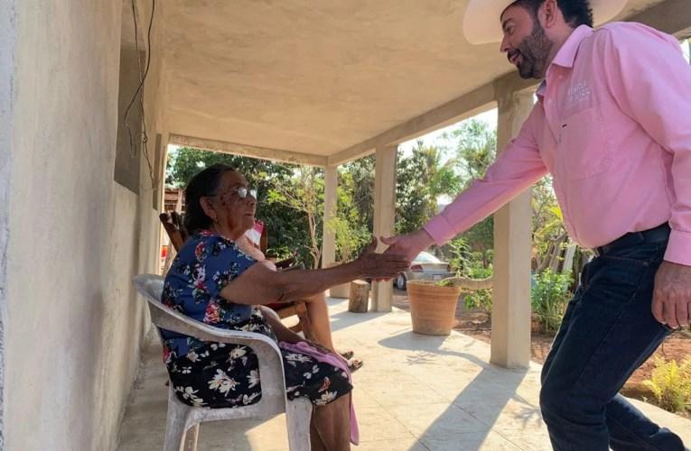 Vecinos de Camacho reciben la visita de Samuel Lizárraga.