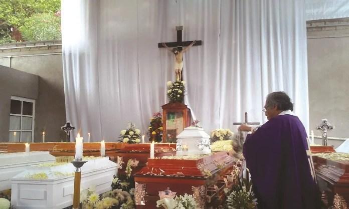 Entierran a la familia asesinada en Coxcatlán, entre quienes va el cuerpo de un bebé de 8 meses de gestación que murió en el cuerpo asesinado de su madre.