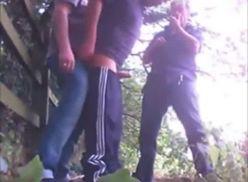 Um passivo e três ativos no vídeo amador gay.
