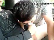 Dois gay fazendo boquete pro ativo no mato.