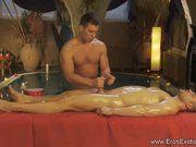 Fez o boy gozar na massagem.