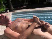 Maduro tocando punheta na piscina.