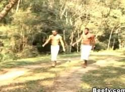 Brasileiros jogando capoeira e metendo no mato.