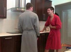 Metendo com o namorado na cozinha.