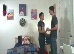 Sexo gay no quarto da faculdade.