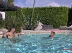 Boys gays sarado transando na piscina.
