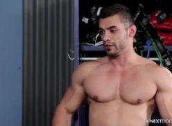 Gay Sarado metendo a rola fundo.