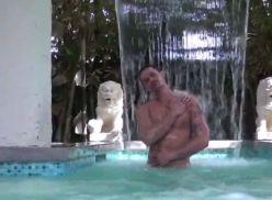 Negão tarado fodendo meu rabo na piscina.