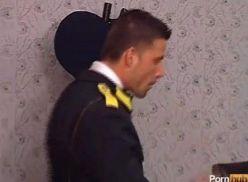 Suruba gay na delegacia.