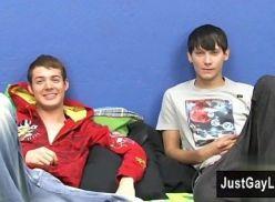Gays transando no quarto da escola.