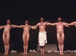 Teatro gay com vários atores pelados.