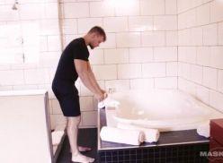 Boy bem sarado tomando banho.