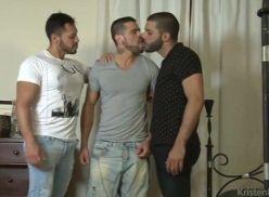 Atores brasileiros sarados em cena de sexo gay.