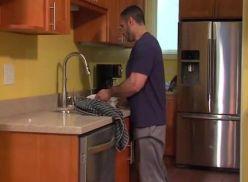 Sarados gostoso deu a bundinha na cozinha.