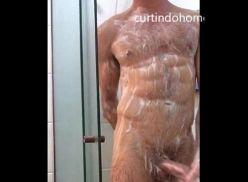 Homem gostoso tomando banho