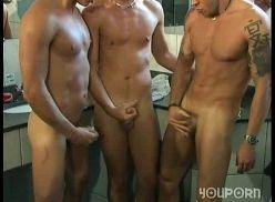 Jogadores de futebol na suruba gay no banheiro