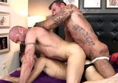 Doble cogida caliente con hombres musculosos