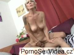 Staršia pani s ovisnutými prsiami ošukaná mladým chalanom