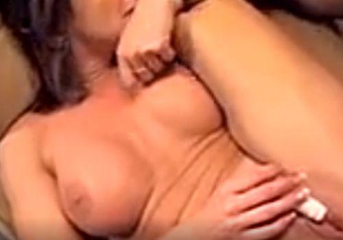 Brunette met grote tieten wordt in haar kontje geneukt