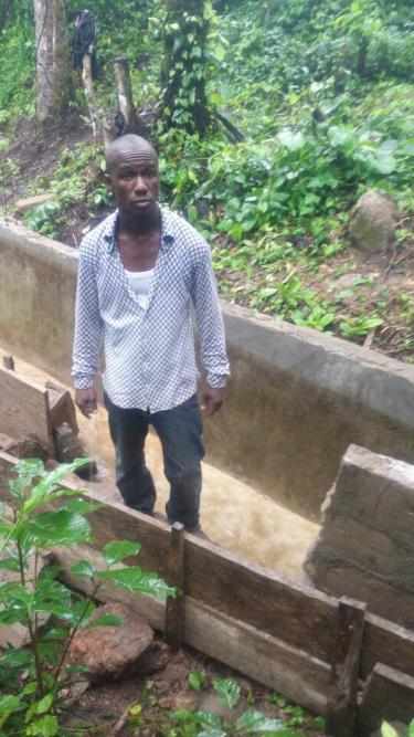 Cómo un maestro en Guinea logró llevar luz a toda su aldea con energía renovable