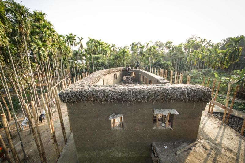 Con bambú y arcilla, las mujeres construyen un centro para discapacitados