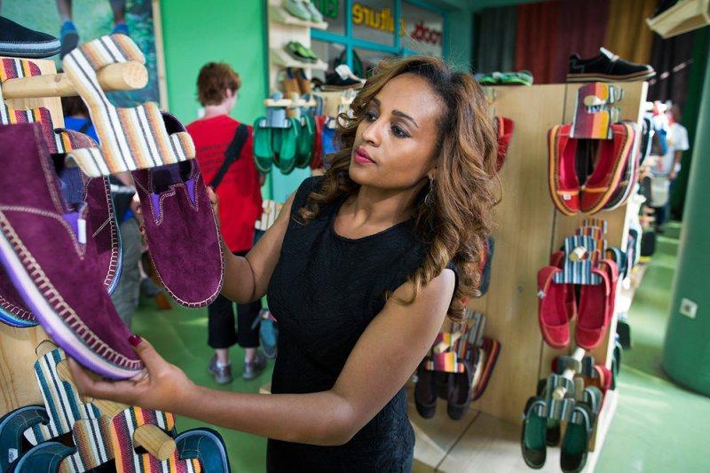 , Mujer convierte neumáticos reciclados en Calzado creativo y crea marca global