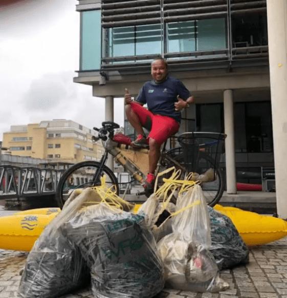 , Conoce al Ciclista flotante que recorre Kms diarios para limpiar basura de los ríos
