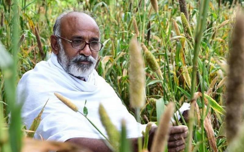 , El agricultor que cultiva sus tierras para alimentar aves en peligro de extinción
