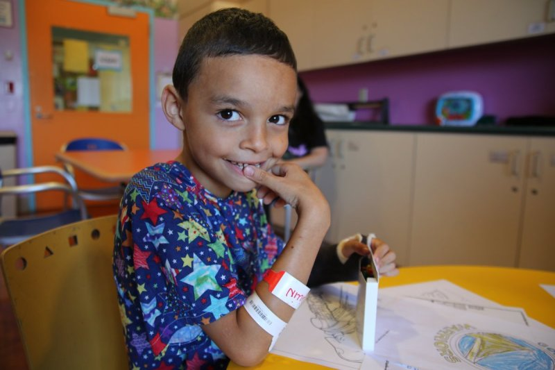 , Un padre de familia recicla Crayones usados para repartirlos en hospitales
