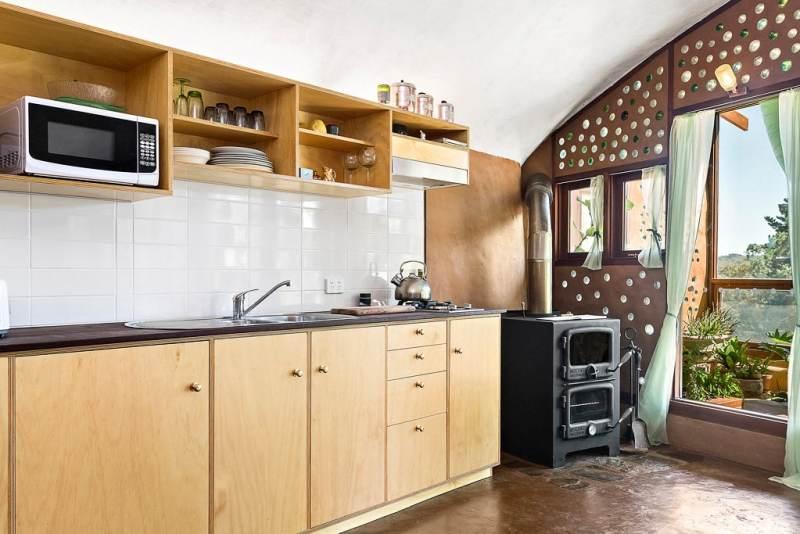 , Pareja construye una casa autosustentable con neumáticos, botellas y tierra