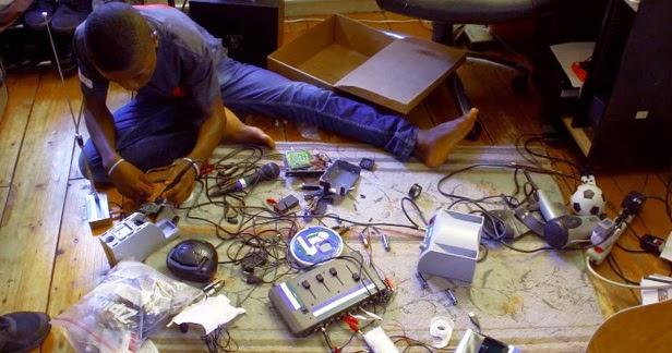 , Kelvin Doe, El niño que aprendió electrónica en un basural