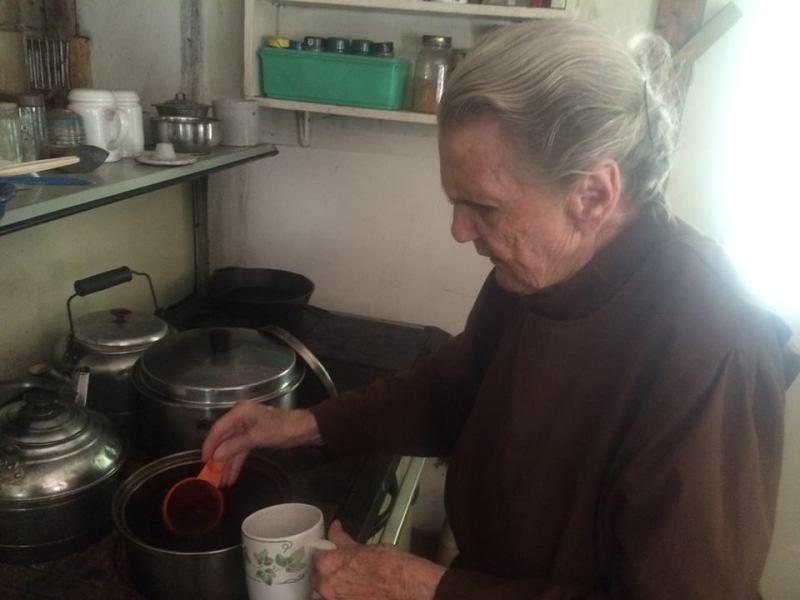 , El curioso caso de una mujer de 88 años que decidió vivir fuera del sistema desde 1960