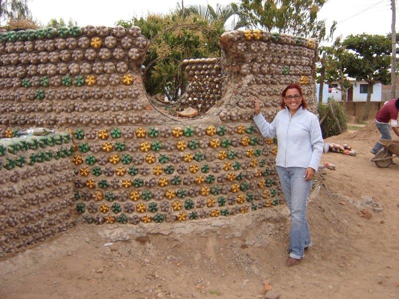 , Abogada há construído más de 300 «casas de botellas» para familias de bajos recursos
